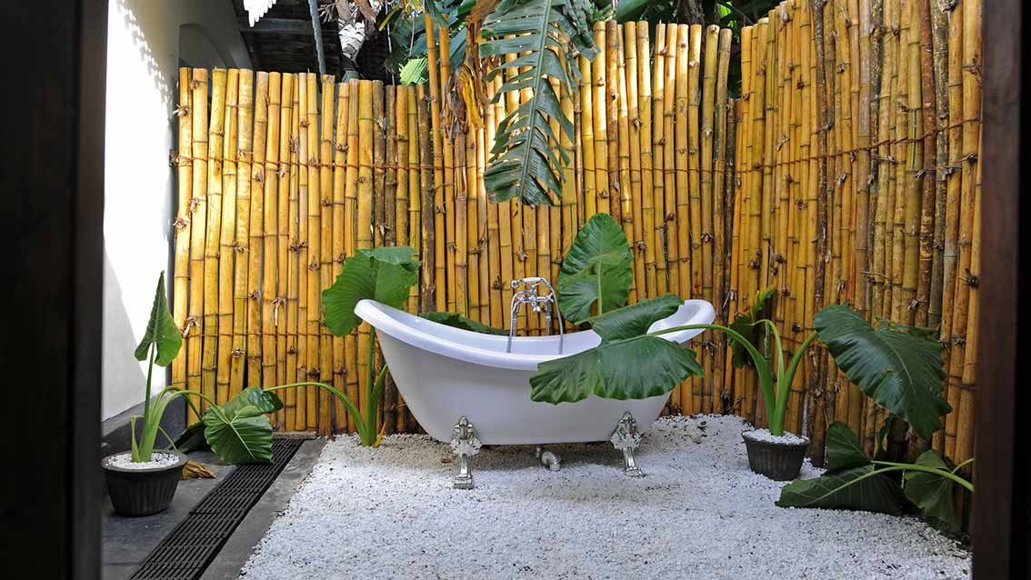 colonial-bungalow-Courtyard-Bathroom-with-Garden-Bathtub