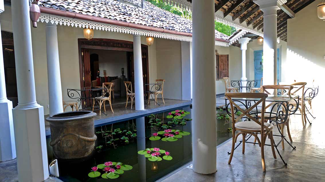 Colonial bungalow pond courtyard 2 1 for Courtyard designs in sri lanka